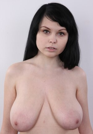 Kinky broad makes a porn solo show of her good titties deserving to be seen